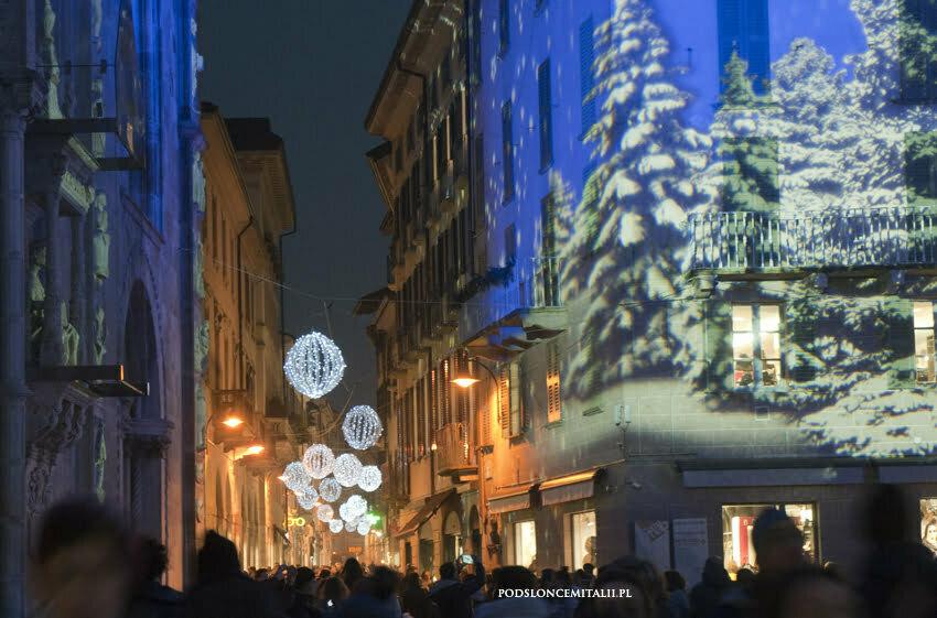 Najpiękniejszy jarmark świąteczny w Lombardii z jeziorem Como w tle